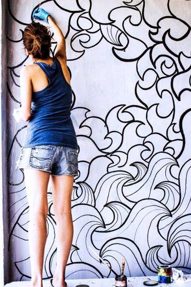 Monica Morales López pintando su mural